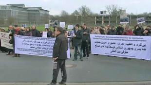 """تجمع گروههائی از ایرانیان در برابر کلینیک تخصصی مغز شهر """"هانوفر"""" آلمان، محل بستری بودن محمود هاشمیشاهرودی."""
