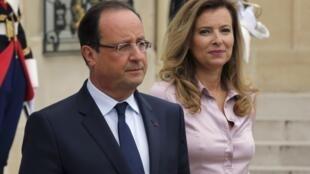 Tổng thống Pháp François Hollande và Valerie Trierweiler, tại điện Elysée ngày 01/10/ 2013 - REUTERS /Philippe Wojazer
