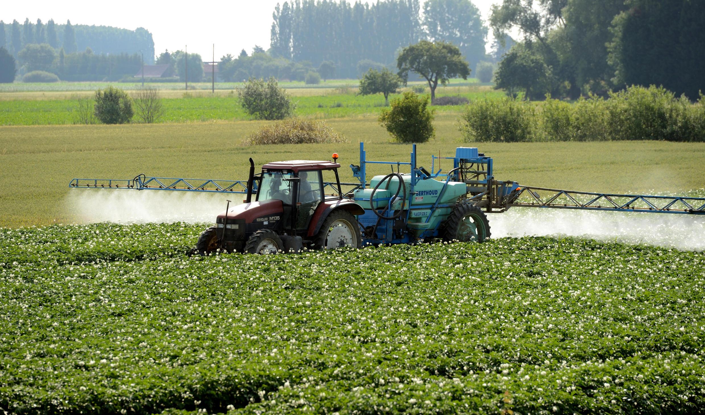 Un agriculteur pulvérise des pesticides sur son champ, en juin 2014, à Vimy, près de Lens.
