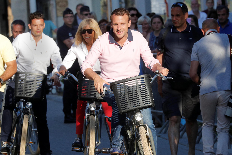 Эмманюэль Макрон выезжает из дома с супругой в городе Ле-Туке 17 июня 2017