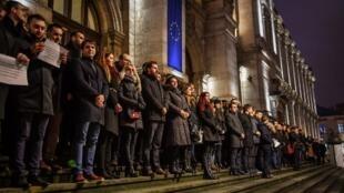 Des magistrats manifestent devant la cour d'appel de Bucarest le 18 décembre 2017 en soutien au système judiciaire roumain sur le point d'être réformé.