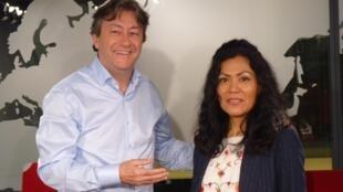 Lissell Quiroz y Jordi Batallé después de la grabación del Invitado de RFI