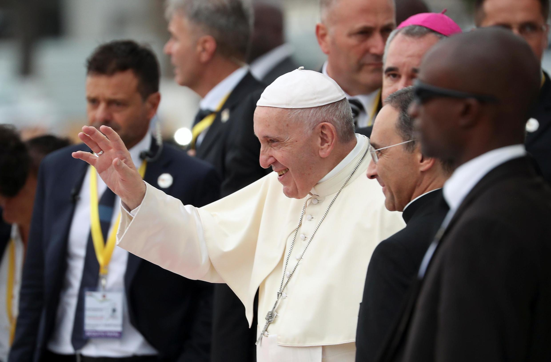 O Papa Francisco saúda os fiéis que chegam à Catedral de Nossa Senhora da Imaculada Conceição em Maputo, Moçambique, a 5 de Setembro de 2019.