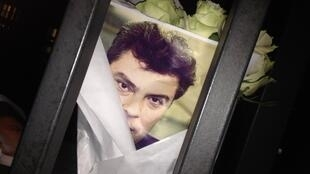 Букет с фотографией Немцова у Российского посольства в Париже