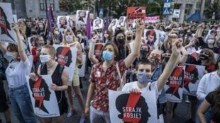 «Grève des femmes», pouvait-on lire lors d'une manifestation à Varsovie, le 24 juillet 2020.