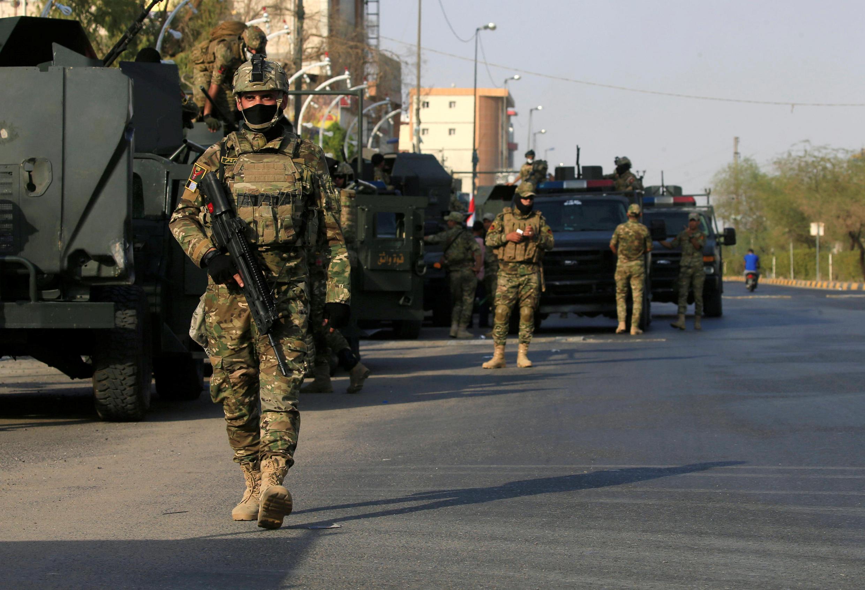 Des membres des forces d'intervention rapide irakiennes patrouillent dans les rues de Bassora, le 8 septembre.