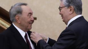 Noursoultan Nazarbaïev (à gauche) et Kassym-Jomart Tokaïev (à droite), le 20 mars 2019 à Astana. Nazarbaïev va conserver des fonctions clé dans le système politique du pays.