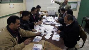 Conteo de los votos en El Cairo después del referéndum constitucional el 22 de diciembre de 2012.