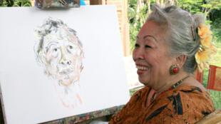 Kartika Affandi-Koberl en train de réaliser un autoportrait (photo originale).