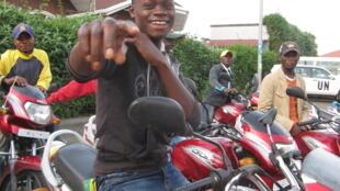 Un taxi-moto dans les rues de Goma