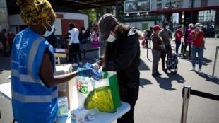 Ajuda alimentar em Saint-Denis, perto de Paris.