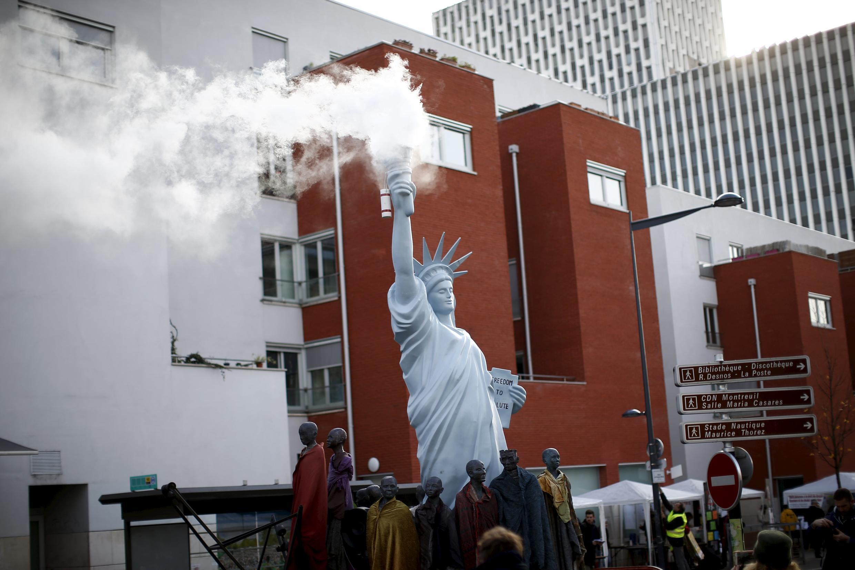Tượng Nữ thần Tự do phun khói tại Thượng đỉnh vì Khí hậu của các công dân toàn cầu, Montreuil, ngày 05/12/2015.