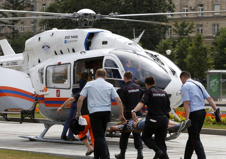 Equipes de emergência socorrem passageiros feridos em acidente no metrô de Moscou nesta terça-feira (15).