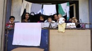 Une famille rom de Miskolc, en Hongrie, le 17 octobre 2012.