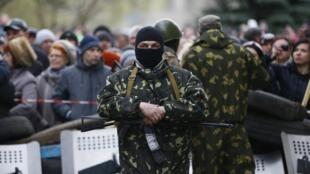 O grupo armado montou barricadas diante da delegacia da cidade ucraniana de Slaviansk.
