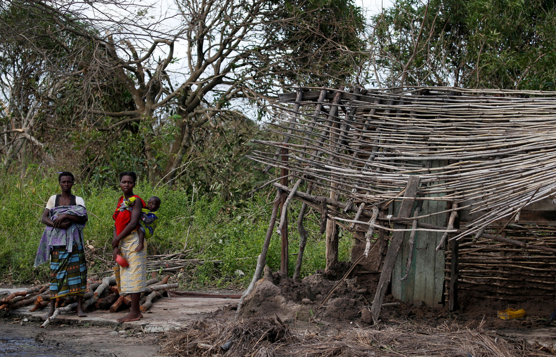 Habitantes  sinistrados de uma aldeia próximo de Dondo na região da Beira aguardam a distribuição de géneros alimentícios, por uma organização humanitária.  24 de Março de 2019