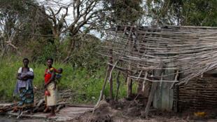 Les habitants attendent de recevoir des colis de nourriture distribués par une organisation humanitaire après le cyclone Idai, près du village de Dondo près de Beira, au Mozambique, le 24 mars 2019.