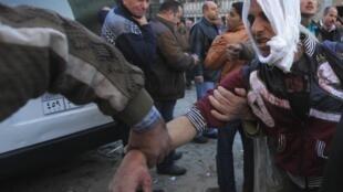 Policial ferido no atentado contra o QG da polícia, no centro do Cairo, 24 de janeiro de 2014.