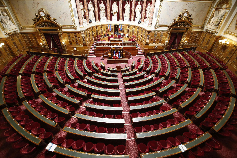 En France, les sièges de sénateurs sont renouvelés par moitié tous les trois ans par un collège de grands électeurs.
