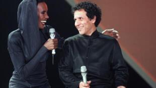 Azzedine Alaïa (d) avec Grace Jones, l'une de ses égéries, en janvier 1987 à Paris.