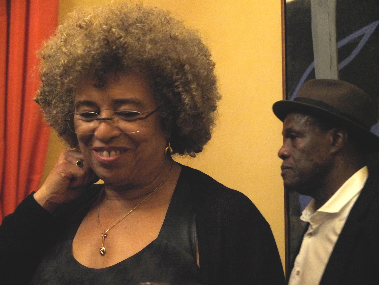 Angela Davis, égérie de la cause noire aux Etats-Unis, lors d'une conférence à Paris, le 25 novembre.