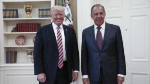 Le président américain Donald J. Trump et le ministre russe des Affaires étrangères Sergei Lavrov, lors de leur rencontre à la Maison Blanche à Washington, le 10 mai 2017.