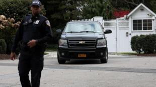 Un policier en faction devant la résidence d'Hillary Clinton, le 24 octobre 2018.