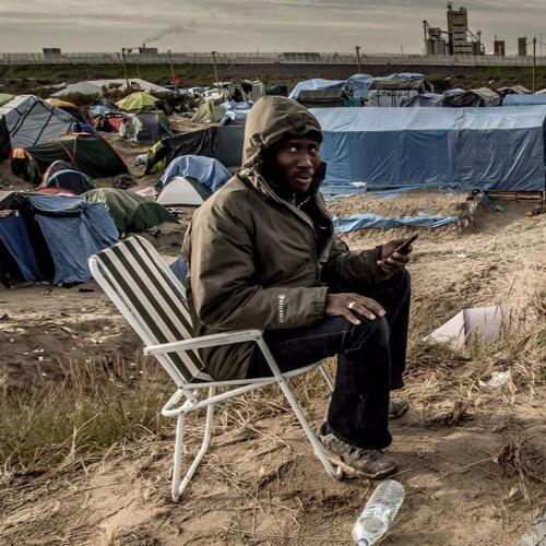Африканский беженец в лагере Кале на севере Франции