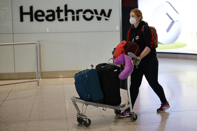 Una pasajera llega al aeropuerto de Heathrow, gestionado por Ferrovial, el 22 de mayo de 2020 en Londres