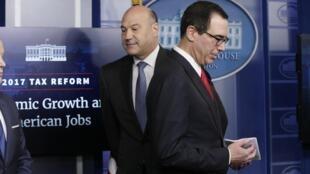 Cố vấn kinh tế của tổng thống Trump Gary Cohn (T) và bộ trưởng Tài Chính Steven Mnuchin ngày 26/04/2017 thông báo kế hoạch giảm thuế 2.000 tỷ đô la.