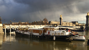 """Péniche"" próxima à Ponte Alexandre III, no centro de Paris."