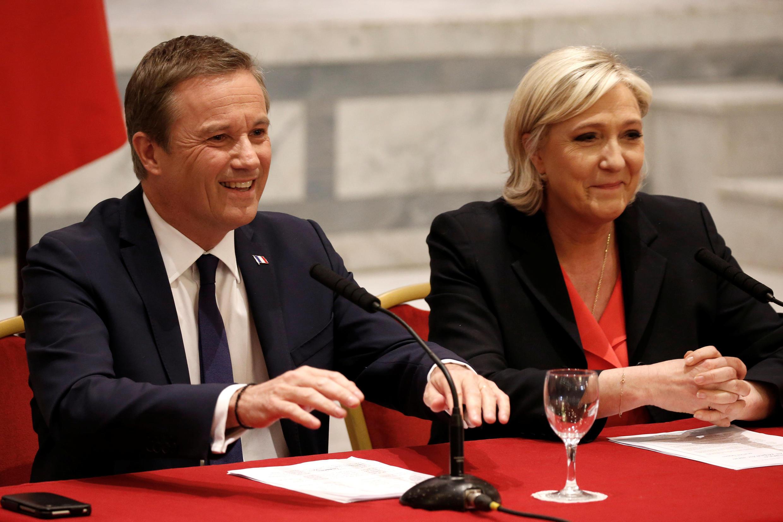 """مارین لوپن"""" نامزد حزب راست افراطی """"جبهه ملی"""" و """"نیکلا دوپون اِنیان"""" رهبر حزب """"به پا خیز فرانسه"""" در اولین کنفرانس مشترک مطبوعاتی . شنبه ٢٩ آوریل  ٢٠۱٧"""