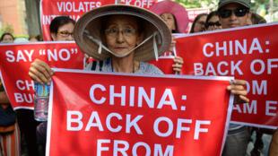 Une Vietnamienne proteste contre le comportement de la Chine devant le Consulat chinois de Manille aux Philippines, ce 16 mai 2014.