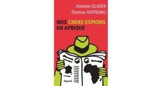 Antoine Glaser et Thomas Hofnung révèlent les échanges étonnants entre dirigeants africains et agents français, font parler des ex-espions et expliquent les terribles conséquences sur le terrain des guerres entre services parisiens.