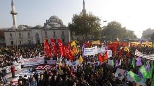 Des centaines de milliers de fonctionnaires ont manifesté mercredi pour réclamer le droit de grève et de meilleurs salaires.