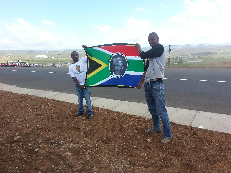 Des habitants de Qunu attendent le convoi funéraire de leur défunt président, Nelson Mandela, sur le bord de la route, samedi 14 décembre 2013.
