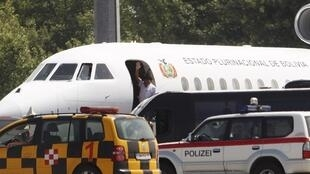 O presidente boliviano Evo Morales acena de seu avião pouco antes de decolar do aeroporto de Viena nesta quarta-feira, 3 de julho de 2013.