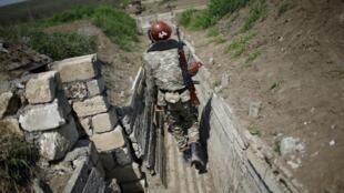Soldat arménien dans une tranchée, près de la frontière du Haut-Karabakh, en avril 2016 (photo d'illustration).