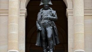 Una estatua de bronze de Napoleón, en el  Hotel des Invalides, en París, Francia, el 7 de abril de 2021