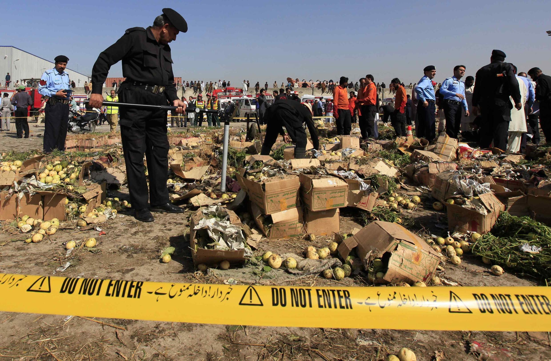 Cảnh sát làm việc tại hiện trường sau vụ nổ, Islamabad, 09/04/2014.