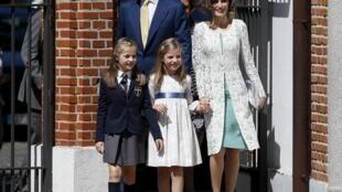 Le roi Felipe VI, accompagné de son épouse Letizia, et de leurs enfants.