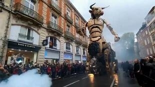 """Astérion, o Minotauro, da Cia La Machine, """"acorda"""" e """"caminha"""" em Toulouse, no sudoeste da França."""