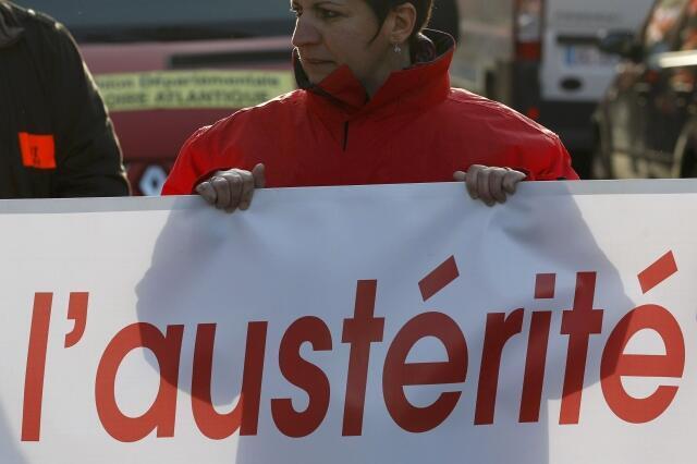 Manifestante protesta contra as medidas de austeridade do governo francês em Nantes.