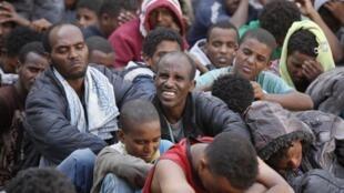 Un groupe de migrants africains en Libye.