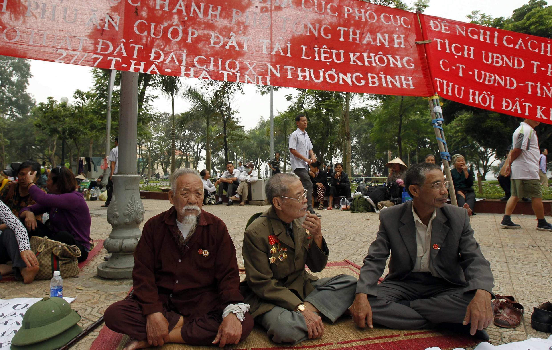 Cựu chiến binh tham gia biểu tình ngày 07/11/2012 ở Hà Nội phản đối những vụ cướp đất ở Hà Tĩnh (Reuters)