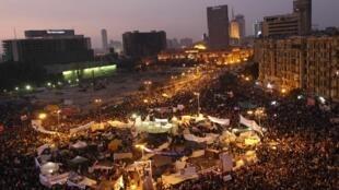 បាតុករអេហ្ស៊ីបរាប់ម៉ឺននាក់បានប្រមូលប្រជុំគ្នានៅទីលាន Tahrir នៃទីក្រុងគែរ នៅថ្ងៃទី២៥វិច្ឆិកាឆ្នាំ២០១១