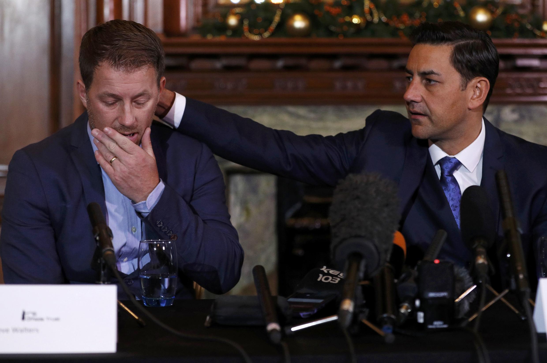 O ex-jogador britânico Andy Woodward consola Steve Walters, também ex-jogador. Ambos foram abusados sexualmente quando crianças pelo técnico Barry Bennell.