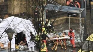 Uma cabana foi instalada na praça Saint lambert para receber os feridos.