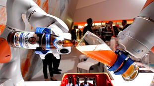 Certains emplois existant aujourd'hui vont être progressivement occupés par des robots comme ces bras robotisés qui remplissent un verre de bière à la foire de Hanovre, en Allemagne, le 24 avril 2017.