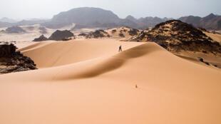 Un marcheur sur des dunes de Tadrart Acacus, une zone désertique de l'ouest libyen.